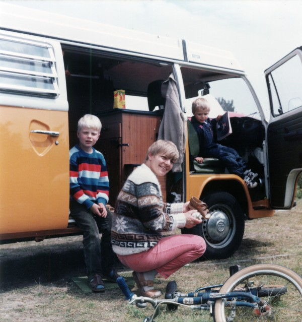 Meine Mutter, mein Bruder und ich vor dem Bulli